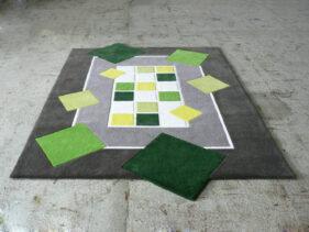 quatre petits tours, tapis-gris-et-vert