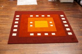 tapis couleurs vives rouge orange blanc carré